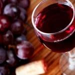 Efectul uimitor pe care il are un pahar de vin rosu consumat seara dupa cina. Ce rol are substanţa-minune pe care o conţine