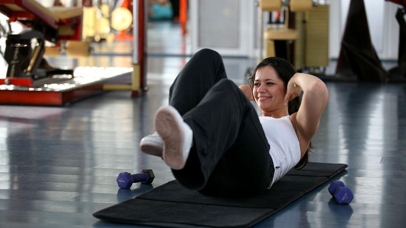 Aceste exerciții pot fi făcute acasă fără ajutorul vreunui antrenor de fitness personal.